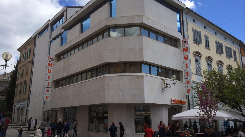 Umbau eines Bankgebäudes in ein Kaufhaus von Müller in Pula / Kroatien
